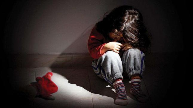 مكناس : فتح بحث حول تورط مفترض لسيدة عرضت ابنة زوجها للضرب والجرح